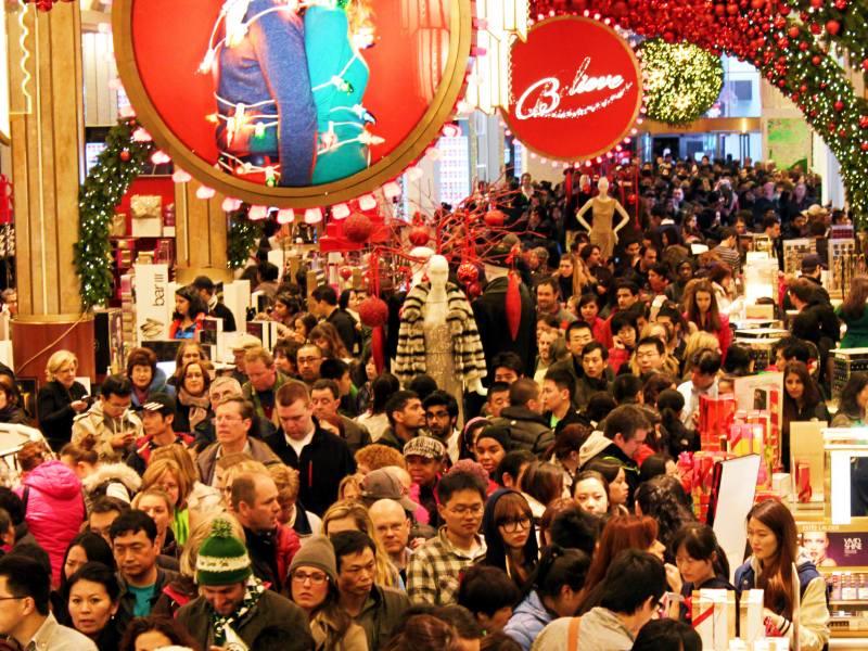 karácsonyi tömeg a bevásárlásnál