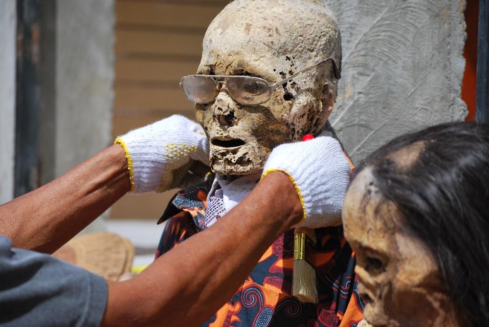 Hulla felöltöztetése temetési szertartáson Indonéziában