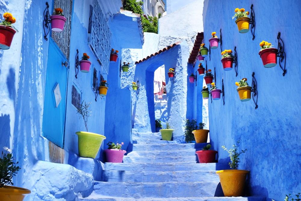 Kék utca Chefchaouen városban Marokkóban