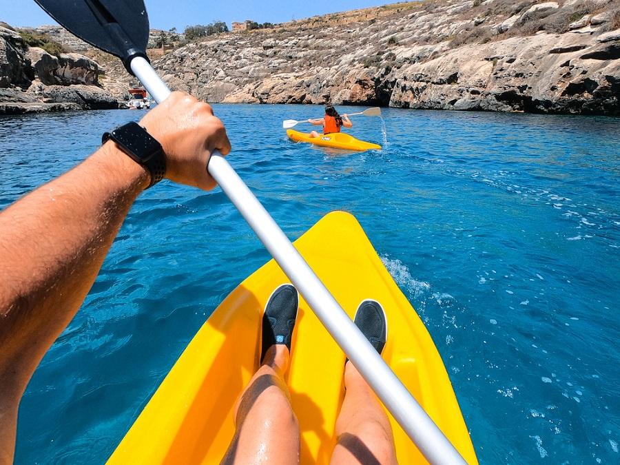 Tengerikajakozás Máltán Gozo partjainál