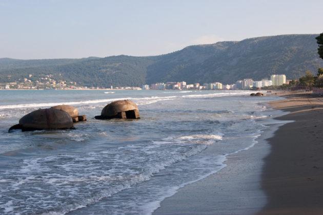 Albániai atombunkerek a tengerparton