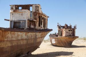 Rozsdás hajók a kiszáradt mederben