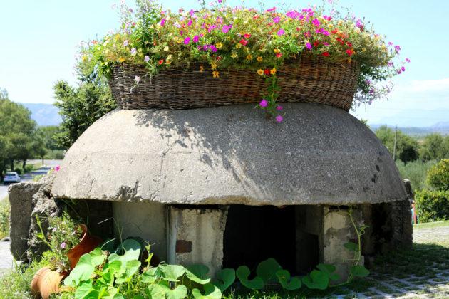 Bunker mint virágtartó Albániában